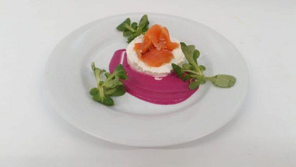 Mousseline de poisson du moment au fromage frais avec son saumon mariné et crème de betterave